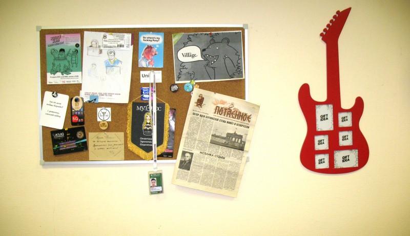 Памятная доска: на ней можно найти визитку Uni и медведа, выкрикивающего название самого похожего на «Бумагу» СМИ — московской The Village